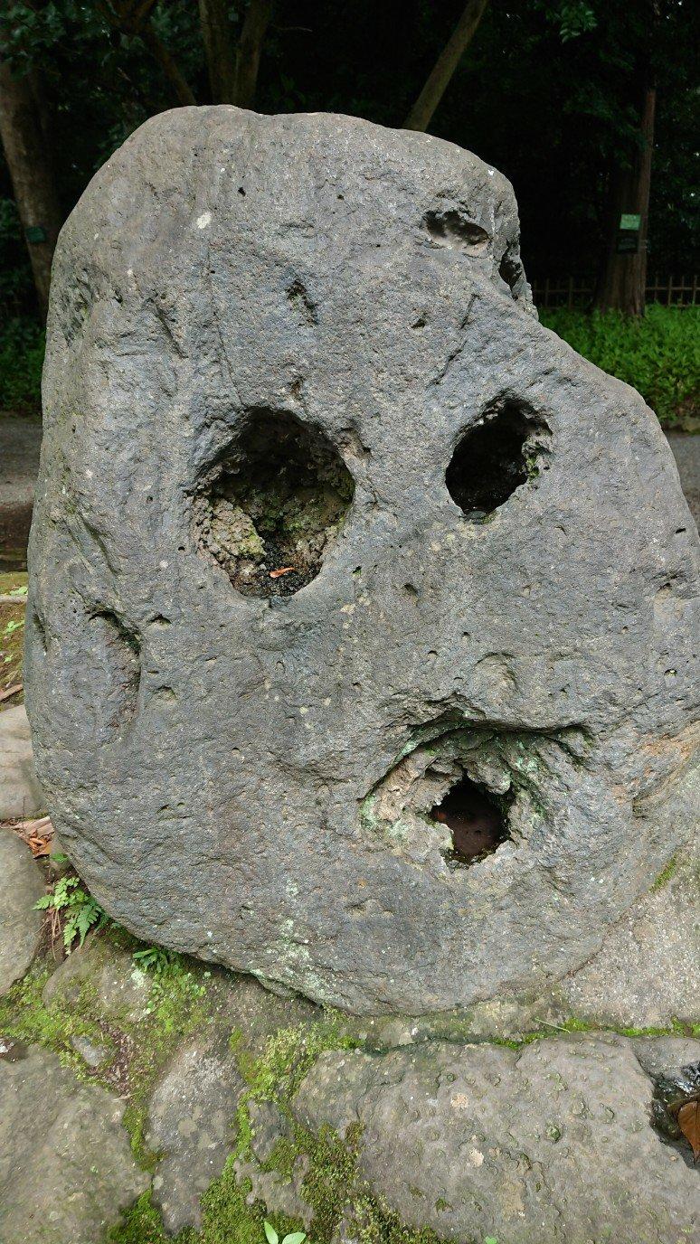 顔みたいな石